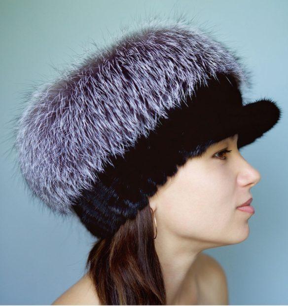 модные меховые шапки: с козырьком черная с серым длинный мех