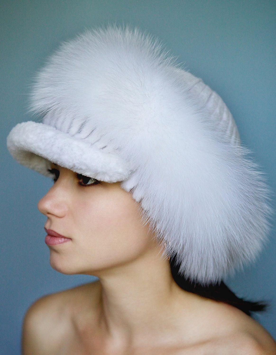 модные меховые шапки: с козырьком белая