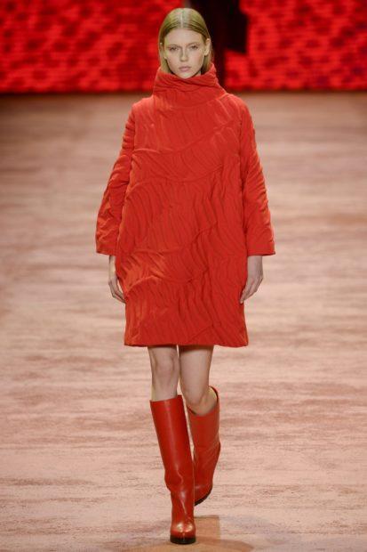 модные платья зима 2019-2020: красное платье объемное по колено