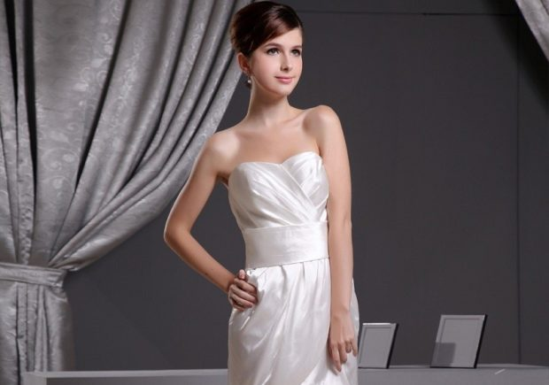 модные платья 2018: платье бюстье белое с поясом