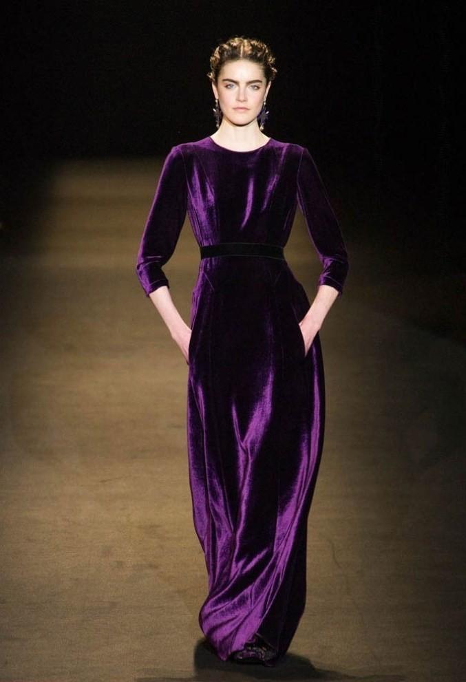 модные платья 2018: платье длинное велюровое сиреневое