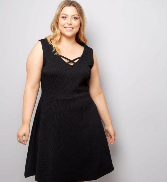 модные платья для полных 2019-2020: платье черное трапеция с V образным вырезом