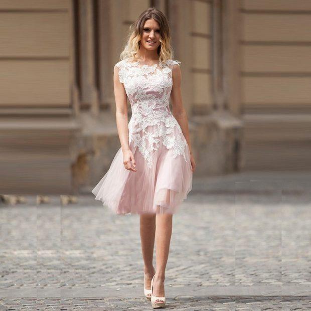 Платья на выпускной 2018 года: плечи открытые платье короткое белое с розовым