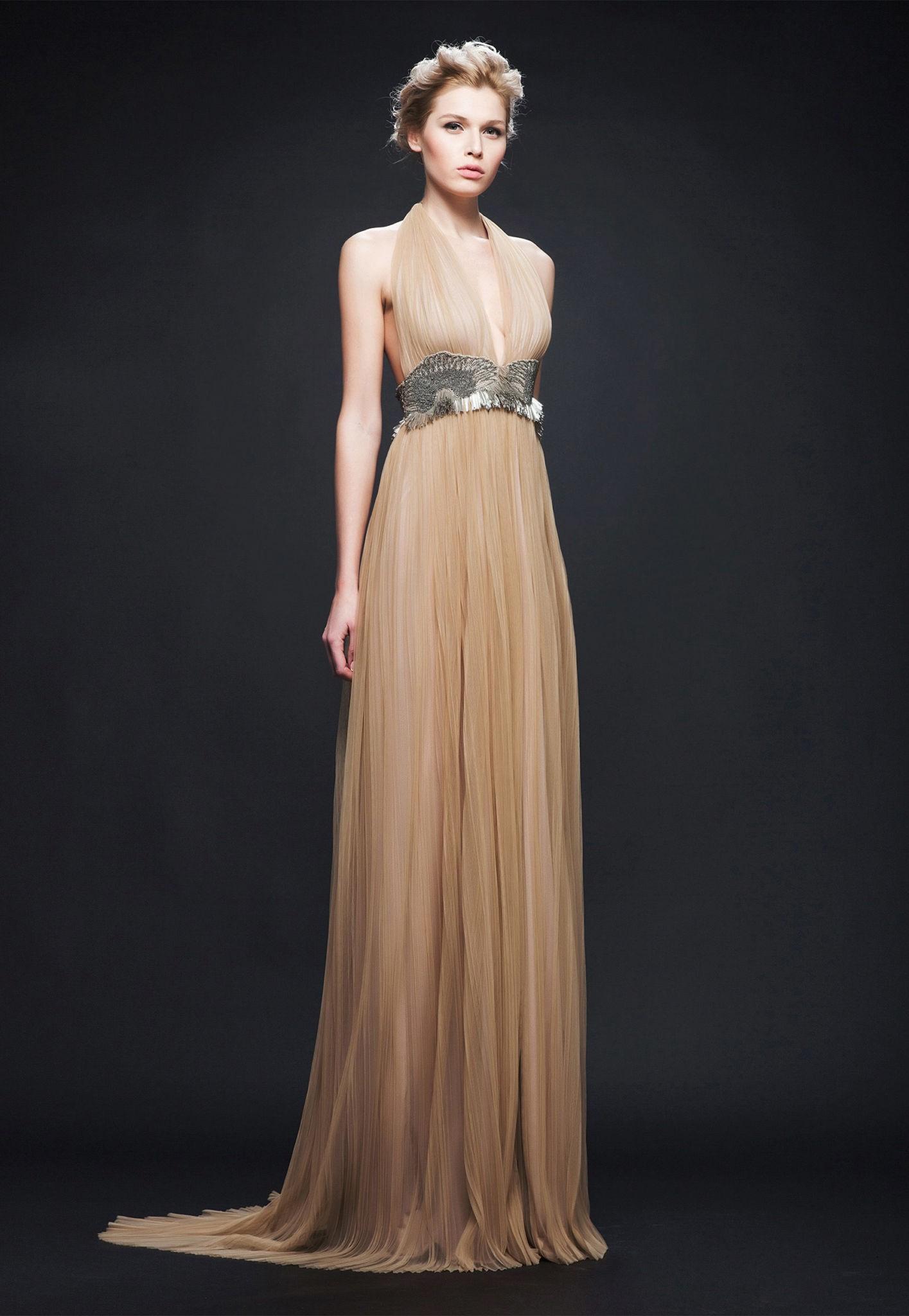 Платья на выпускной 2018 года: платье в пол бежевое под пояс