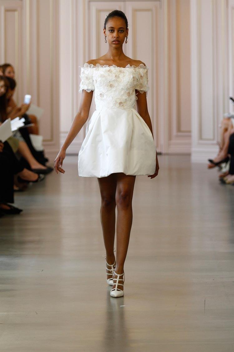 Платья на выпускной 2018 года: платье короткое белое без плеч с цветами