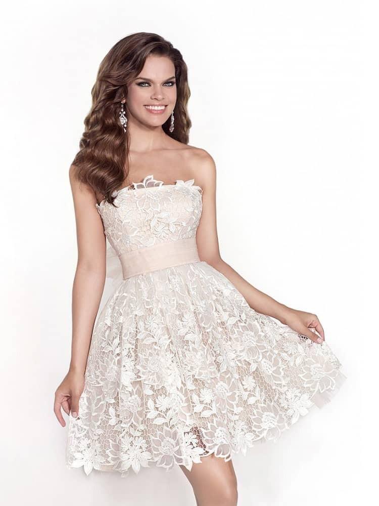Платья на выпускной 2018 года: платье короткое белое плечи открытые