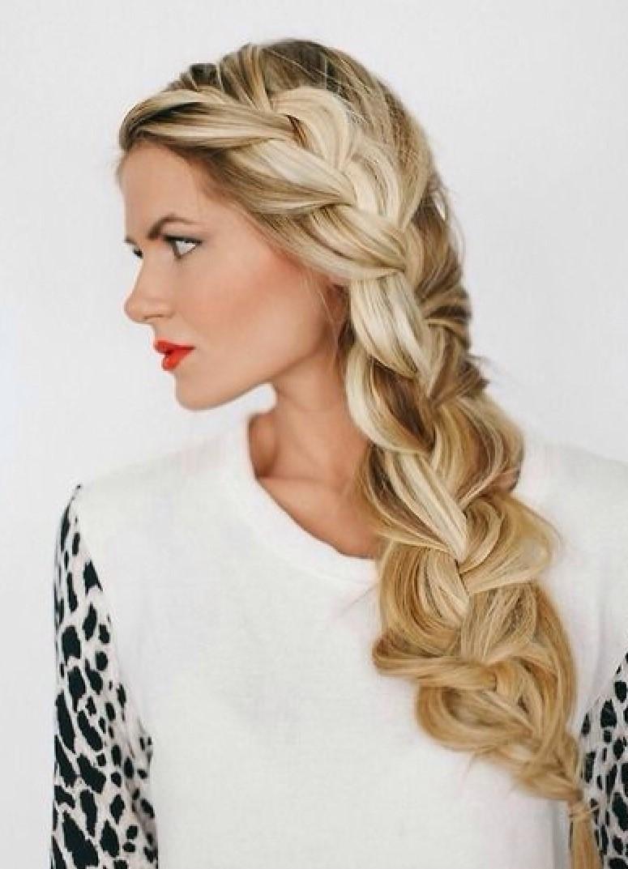 модные прически на новый год 2020: коса объемная длинная