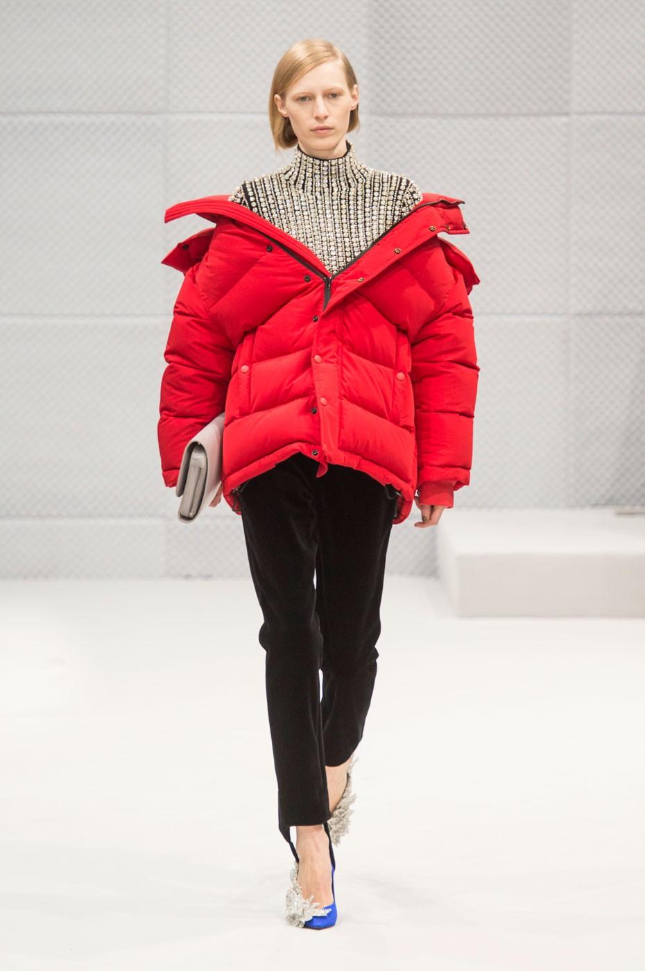 Модные пуховики 2018 года: пуховик объемный красный короткий