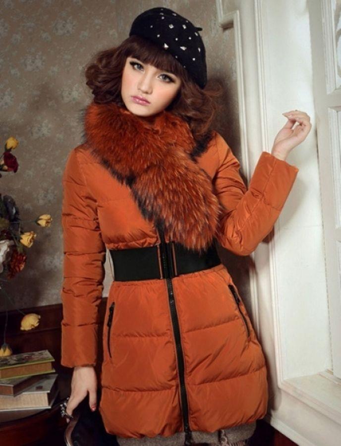 Модные пуховики 2018 года: пуховик с мехом на вороте оранжевый