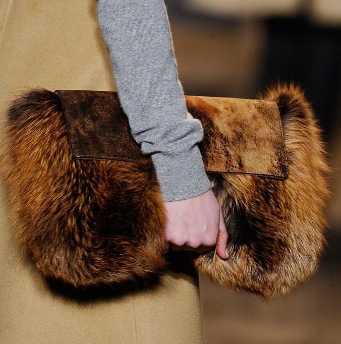 модные женские сумки 2018: сумка из меха клатч коричневый