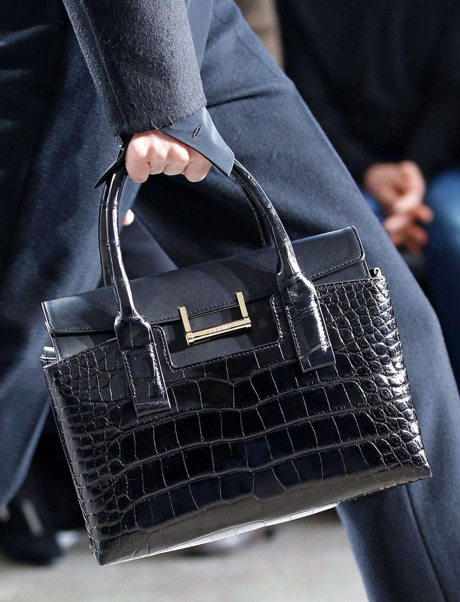 модные женские сумки 2018: сумка черная под крокодила в руку