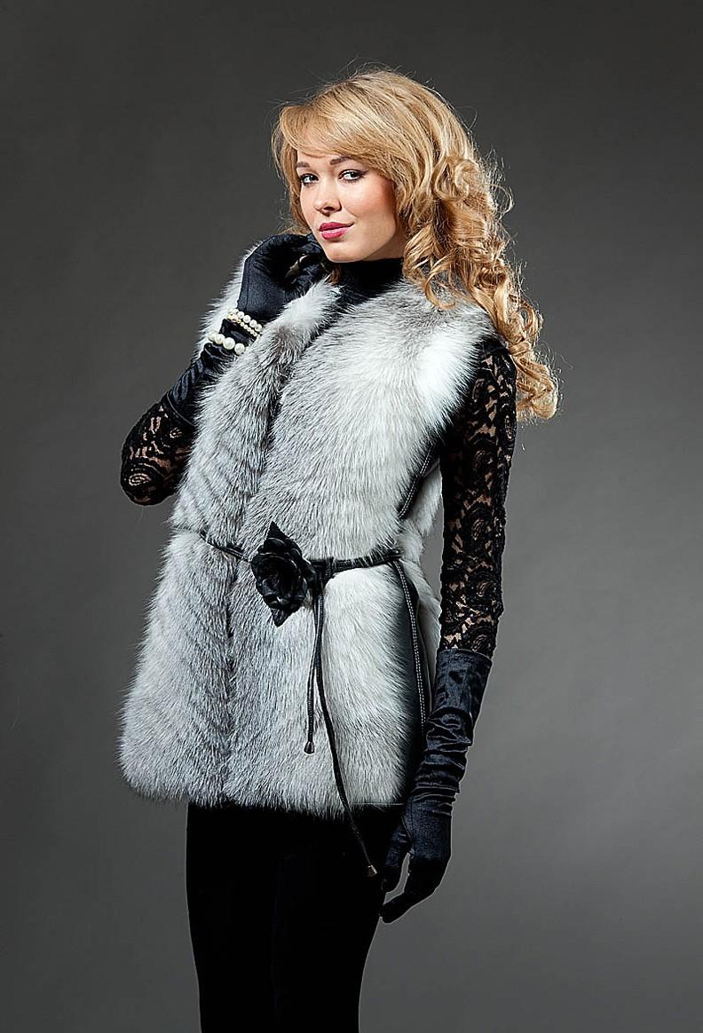 Модные тенденции 2019-2020 года: жилетка меховая светлая натуральная