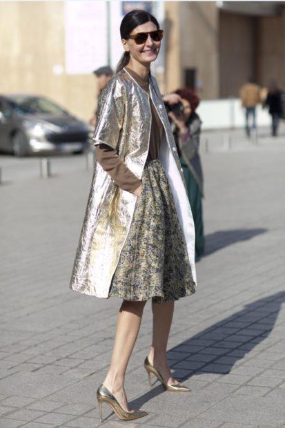 Модные тенденции 2019-2020 года: плащ серебристый