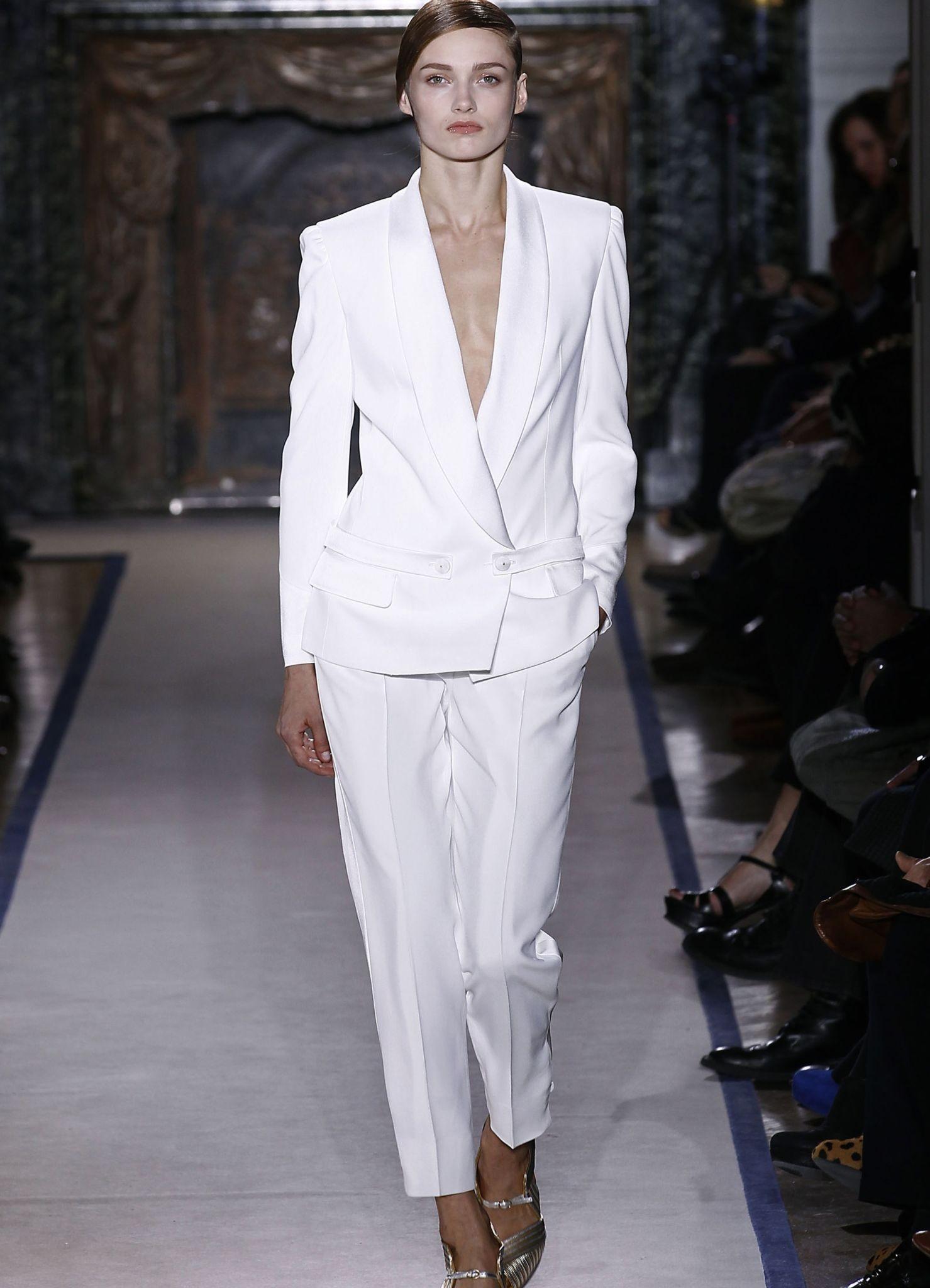 модные вечерние платья 2018: костюм белый оверсайз