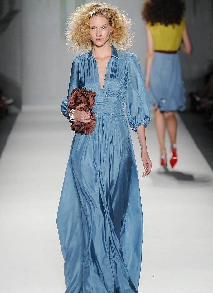 Модные вечерние платья 2019-2020 года: платье шелковое в пол синее