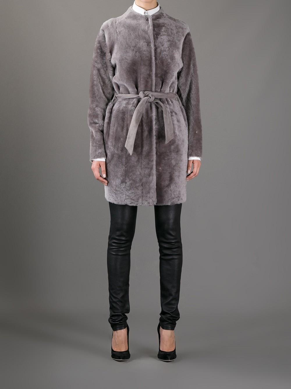 модные женские дубленки 2019-2020: мехом наружу серая с пояском