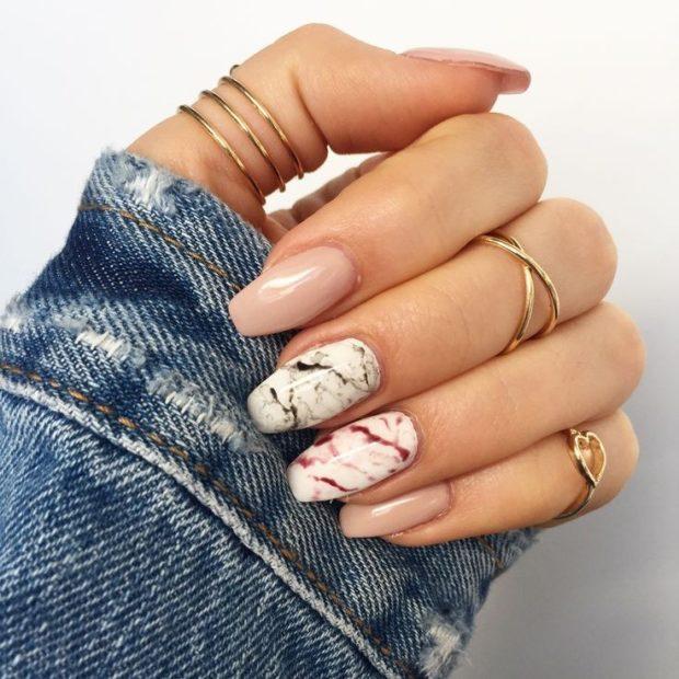 Модный дизайн ногтей в 2019-2020 году: мраморный маникюр черный розовый