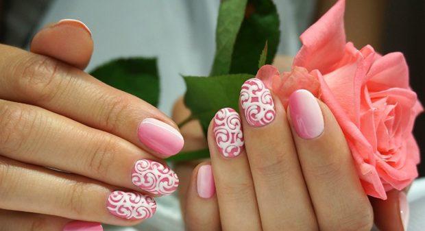 Модный дизайн ногтей в 2019-2020 году: розовые ногти вензеля белые