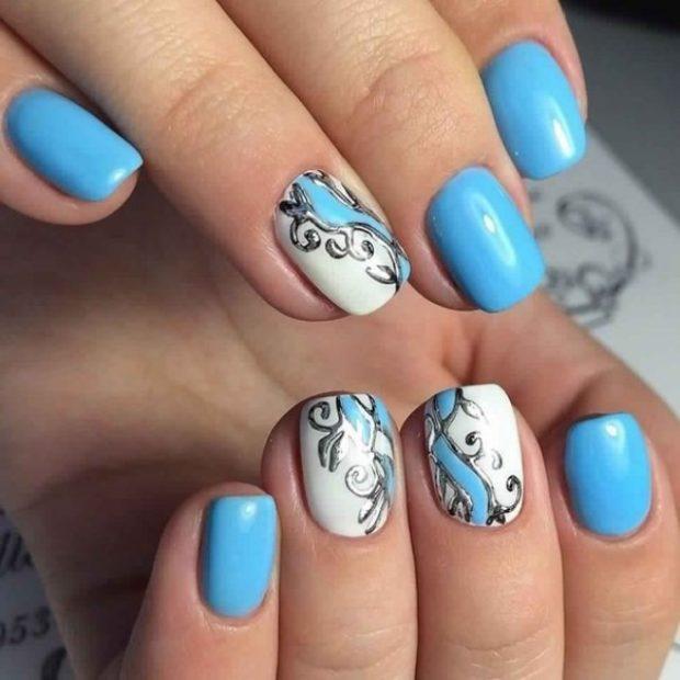 Модный дизайн ногтей в 2019-2020 году: голубые ногти вензеля серебро объенмые