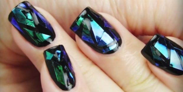 Модный дизайн ногтей в 2019-2020 году: маникюр битое стекло синий с зеленым
