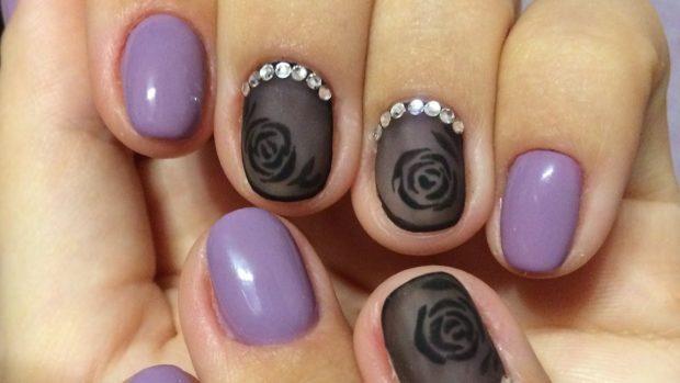 Модный дизайн ногтей в 2019-2020 году: фиолетовые ногти черная вуаль с розой камнями