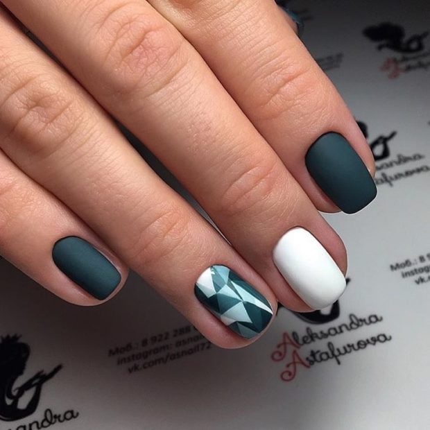 Модный дизайн ногтей в 2019-2020 году: матовый зеленый с белым