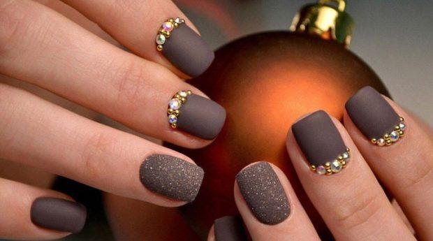 Модный дизайн ногтей в 2019-2020 году: матовый коричневый с камнями