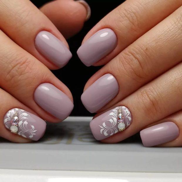 Модный дизайн ногтей в 2019-2020 году: бледно сиреневый с вензелями белыми с камнями