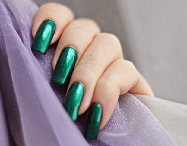 Модный лак для ногтей в 2019-2020 году: зеленый металлик