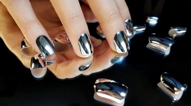 Модный лак для ногтей в 2019-2020 году: лак зеркальный металлик