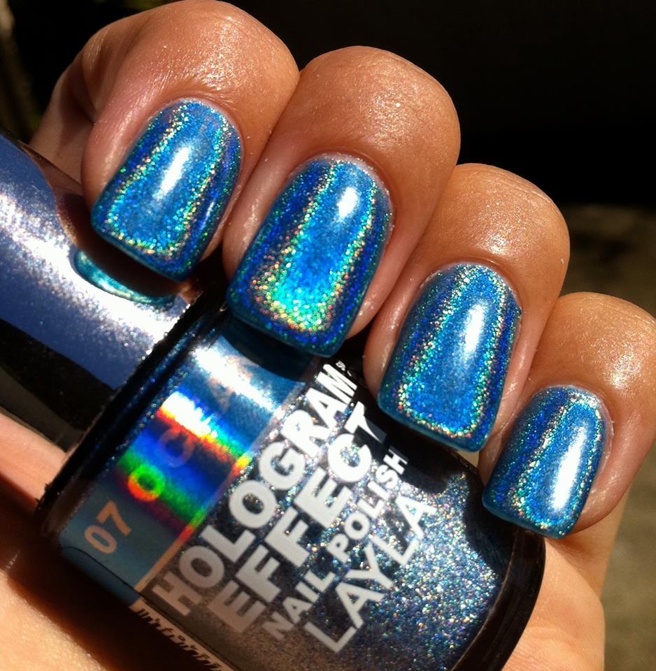 Модный лак для ногтей в 2019-2020 году: голография синяя