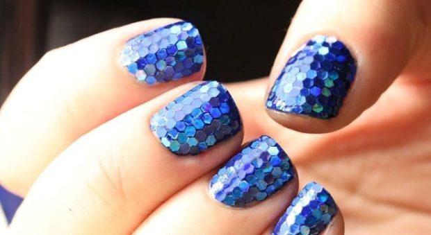 Модный лак для ногтей в 2019-2020 году: лак с блестками синий