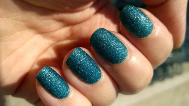Модный лак для ногтей в 2019-2020 году: лак зеленый с блестками
