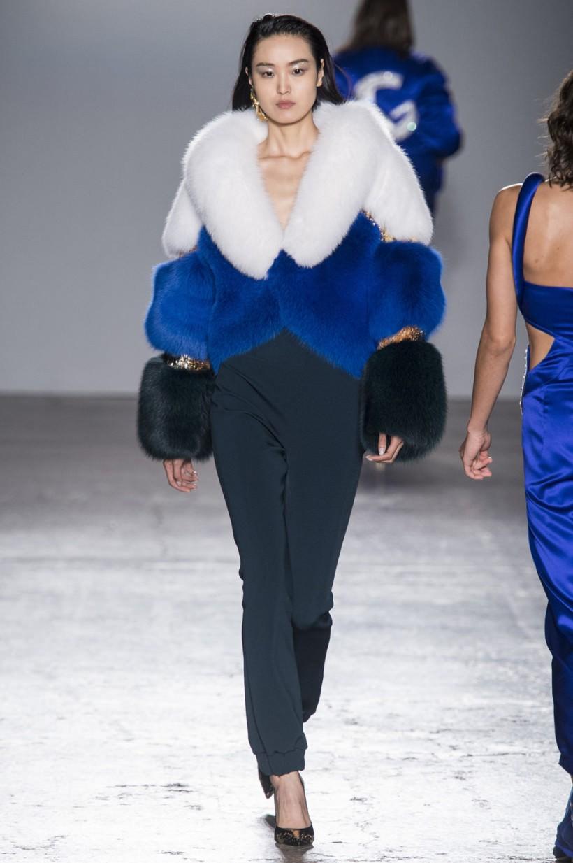 модный милан 2018: шуба синяя черная белая короткая