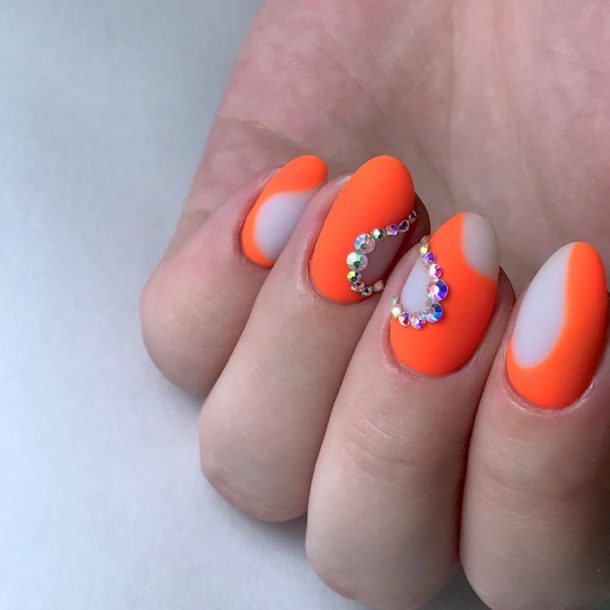 оранжевый с камнями