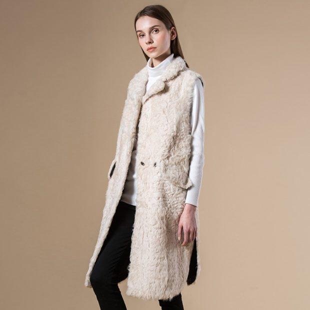 модные пальто осень-зима 2019-2020: пальто из мех белое без рукава