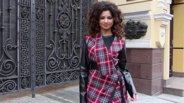 модное пальто осень-зима 2019-2020: пальто в клетку с кожаными рукавами