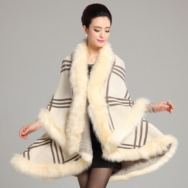 модные пальто осень-зима 2019-2020: пончо с мехом белое клетку