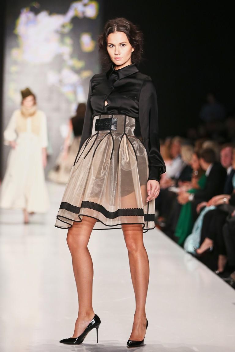 модные юбки 2018: юбка прозрачная короткая бежевая с воланами