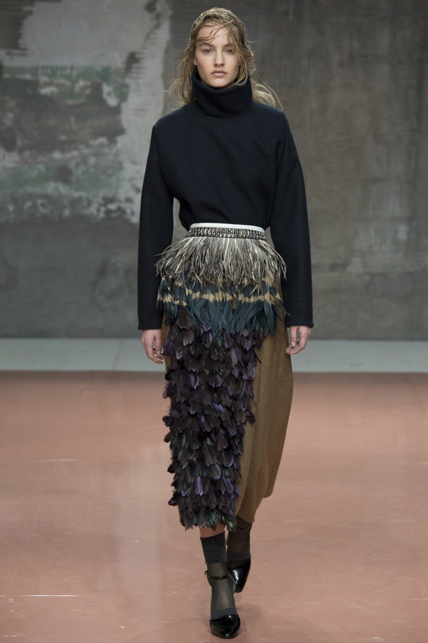 модные юбки 2018: юбка с перьями длинная