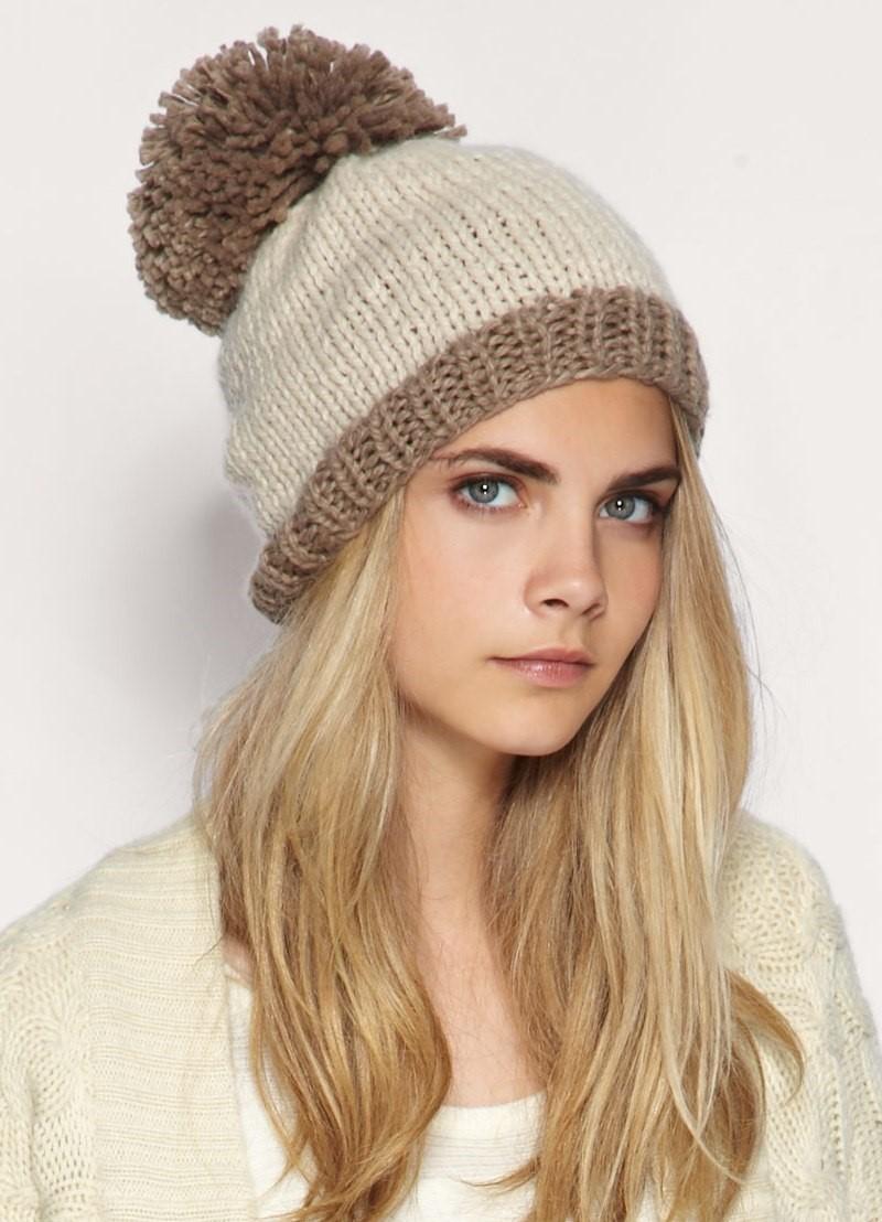 модные высеянные шапки 2018: шапка с бубоном большим