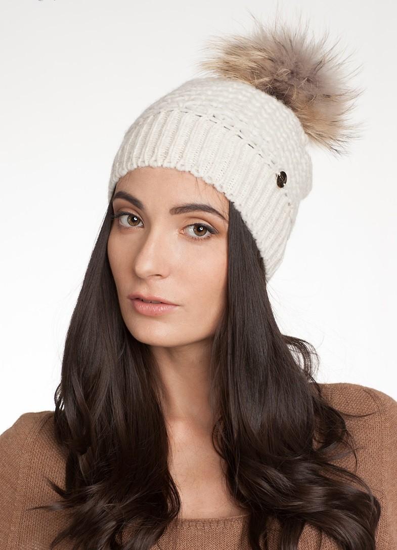 модные вязанные шапки: шапка белая с помпоном из меха