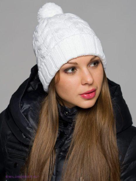 модные вязанные шапки: белая с маленьким помпоном