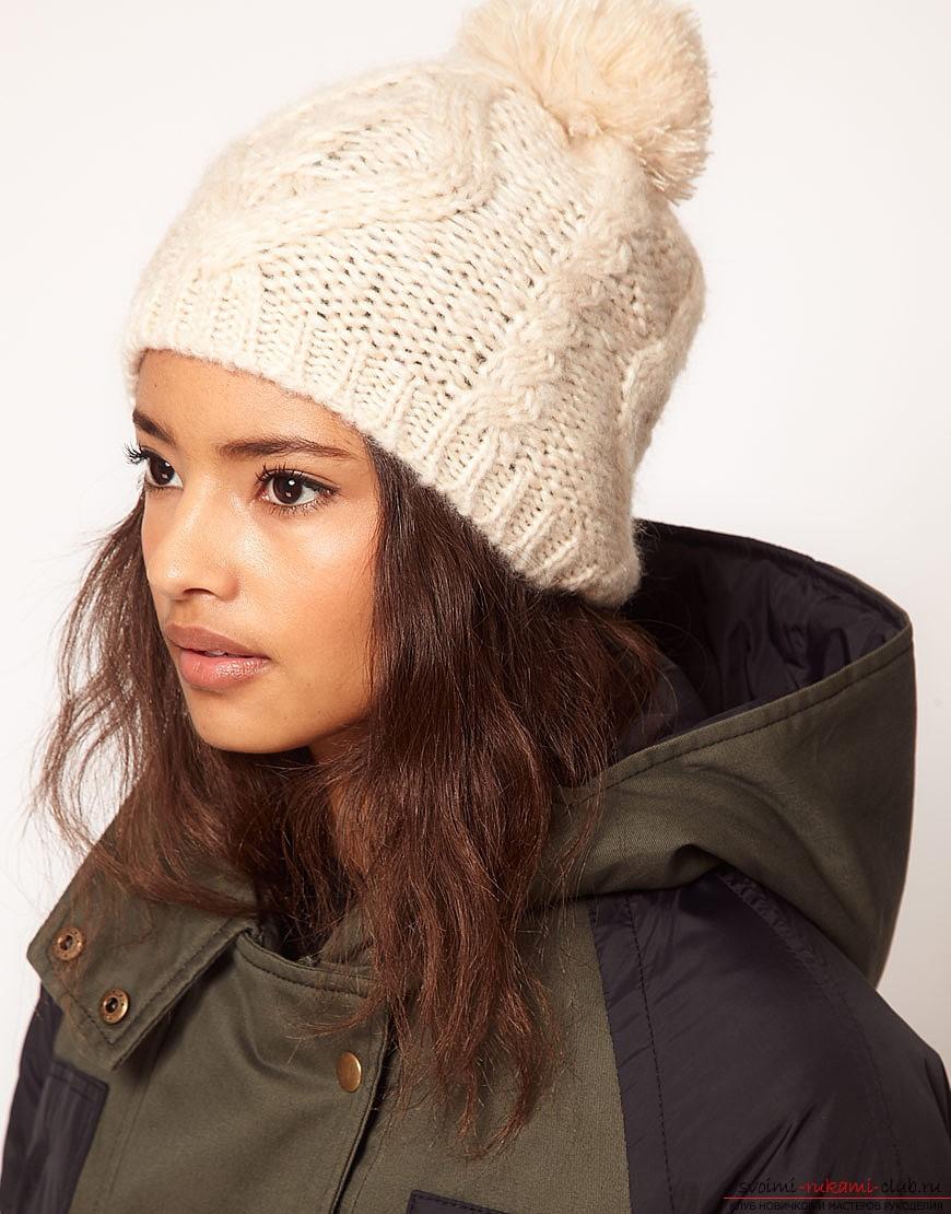 модные вязанные шапки: шапка белая с помпоном из ниток