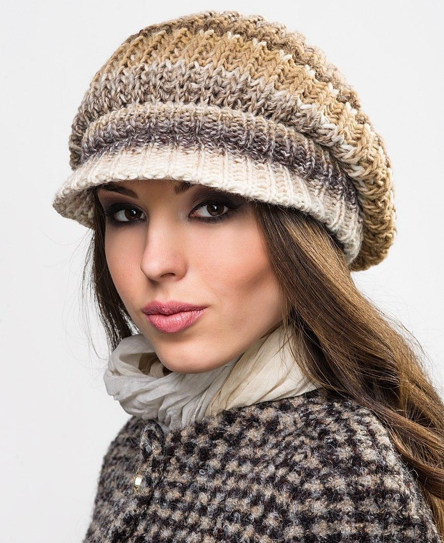 модные вязанные шапки 2018: шапка с козырьком в полоску
