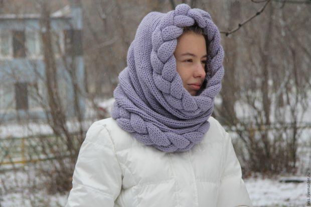 модные вязанные шапки 2018: труба вязанная с косой синяя