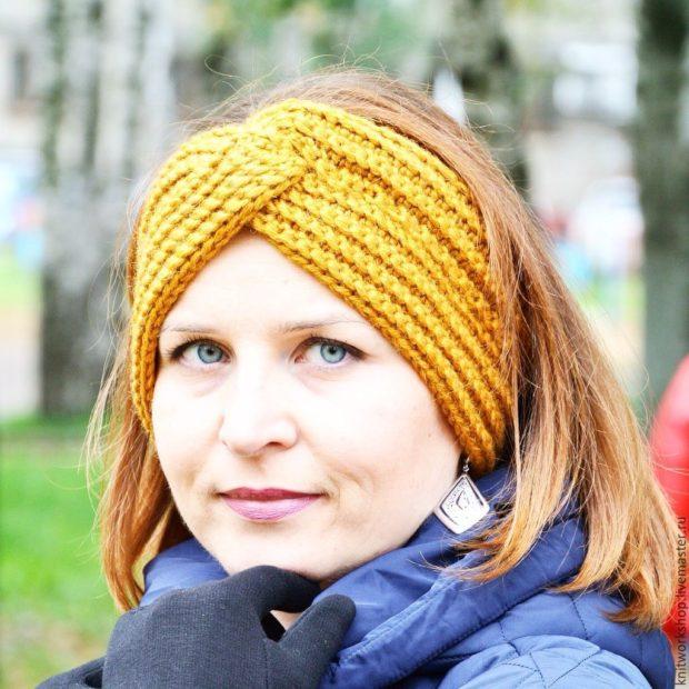 модные вязанные шапки 2018: полоска на голову желтая