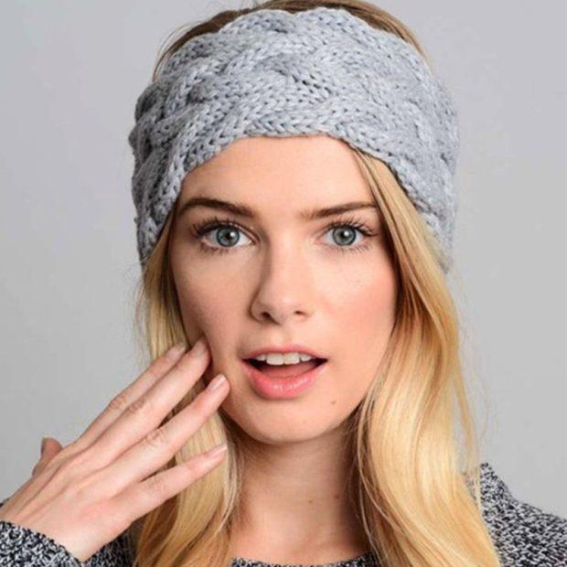 модные вязанные шапки 2018: полоска на голову серая цельная