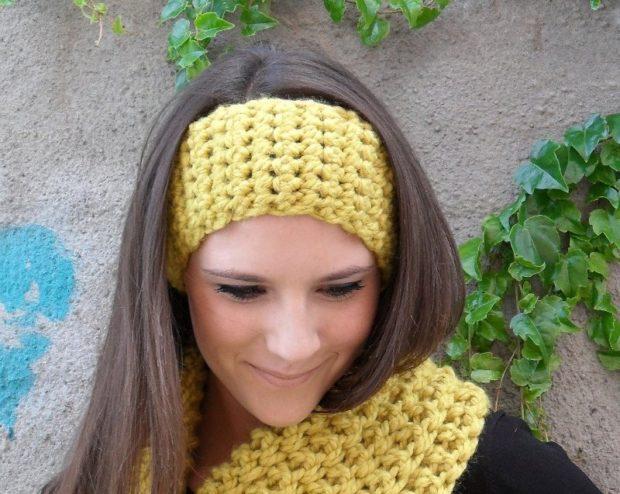 модные вязанные шапки 2018: полоска на голову желтая крупная