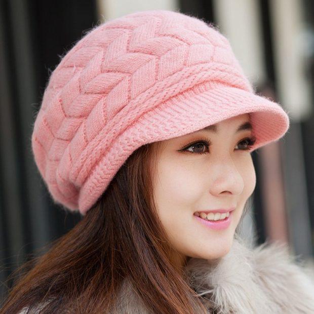 Модные зимние шапки в 2019-2020 году: шапка с козырьков розовая вязанная